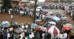 Ebola: la Sierra Leone confine de nouveau sa population, débordements en Guinée voisine
