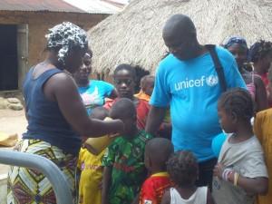Une mère donne de l'eau potable à son enfant_C4D Doro  Alexis Fangamou, Forécariah