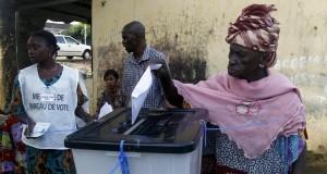 Conakry : Des dizaines de jeunes apprennent le processus électoral guinéen au palais du peuple