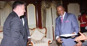 Deux nouveaux ambassadeurs présentent leurs lettres de créance au Président Alpha Condé