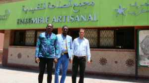 Le DG de l'ONPA Kaba Diakité à gauche devant l'Ensemble Artisanal de Marrakech
