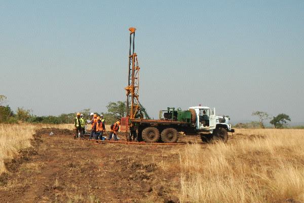 Les travaux d'exploration menés par AMR sur la zone du permis de recherche de Boké. © AMR