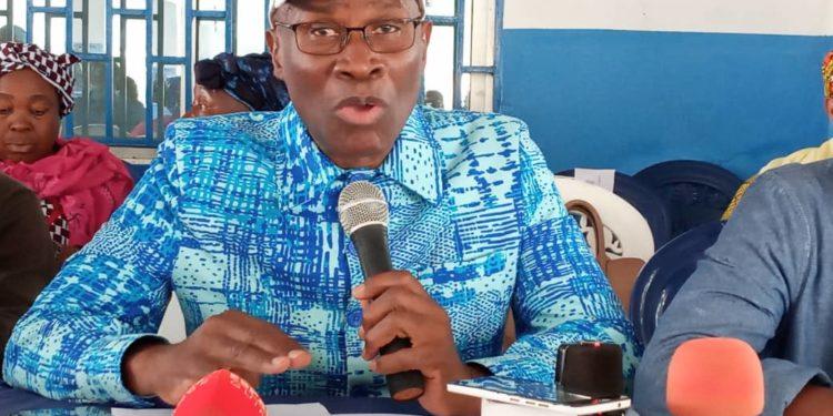Insalubrité : le ministre Bantama Sow offre 200 poubelles à la mairie de Mamou